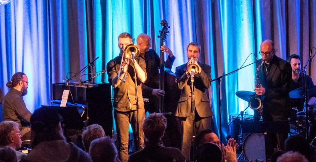 FULLT HUS: Kåre Nymark jr. Band trakk fullt hus i Cafe Stift i Banken ved midnatt. (foto: Terje Mosnes)