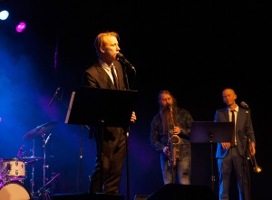 Torbjørn Harr med Trygve Seim (saksofon) og Sjur Miljeteig (trompet) i bakgrunnen. (foto: Pål Buset)