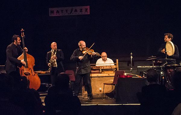 Overtonemestere, f.v. Mats Eilertsen, Rolf-Erik Nystrøm, Nils Økland, Sigbjørn Apeland og Håkon Stene Mørch i Nils Økland Band. (foto: Terje Mosnes)