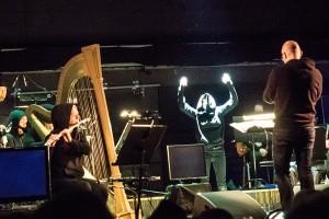 Fra uroppførelsen av Gisle Martens Meyers «The Bow Corpse». BIT20 Ensemble med spøkelse og dirigent Baldur Brönnimann.  (foto: Terje Mosnes)