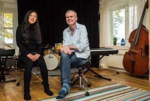 Seshen og Odd André Elveland  på plass i Barnas Jazzhus. I 2014 fikk Elveland Oslo Jazzfestivals Ella-pris for arbeidet med Barnas Jazzhus, Improbasen og Kids in Jazz. Seshen kom med på laget som en følge av den etter hvert store kontakten med Japan. (foto: terje Mosnes)