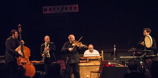 Nils Økland Band, f.v. Mats Eilertsen, Rolf-Erik Nystrøm, Økland, Sigbjørn Apeland og Håkon Mørch Stene. Foto: Terje Mosnes