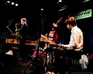 Tenor Battle på Nasjonal jazzscene, Victoria 4. mars. Fra venstre: Håkon Kornstad, Per Zanussi og Øyvind Skarbø. (foto: Francesco Saggio)