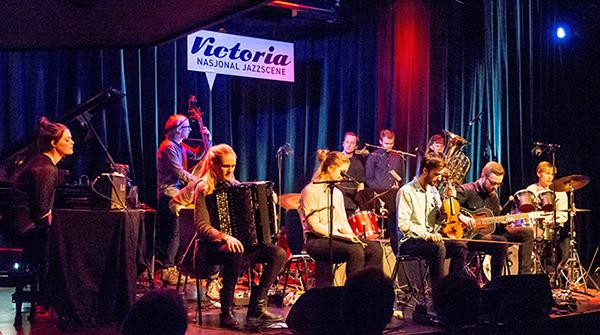 Skadedyr i aksjon på Nasjonal jazzscene Victoria, med Anja og Heiða på hver sin fløy. Skadedyr er for tida plateaktuelle med «Culturen», og Anja Lauvdal, bassist Fredrik Luhr Dietrichson og trommeslager Hans Hulbækmo (t.h.) er i tillegg også ute med «Ulv Ulv», det tredje albumet til trioen Moskus.  (foto: Terje Mosnes)