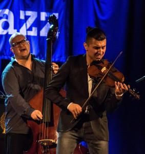 Tett samspill: Den polske fiolinisten Adam Baldych og Helge Lien Trios Frode Berg. (Foto: Terje Mosnes)