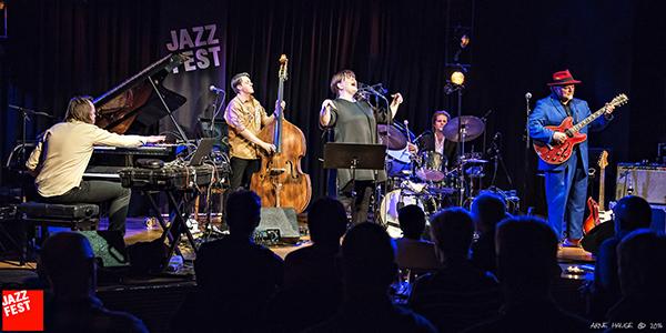 Trail of Souls på Jazzfest torsdag kveld. Fra venstre: Morten Qvenild (piano), Roger Arntzen (bass), Solveig Slettahjell (vokal), Pål Hausken (trommer) og Knut Reiersrud (gitar). (foto: Arve Hauge/Jazzfest)