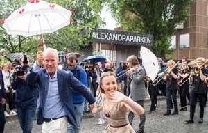 Svingte seg i paraden: Festivalåpner Jan Tore Sanner og danser Jeanett Holsbøvåg. (foto: Terje Mosnes)