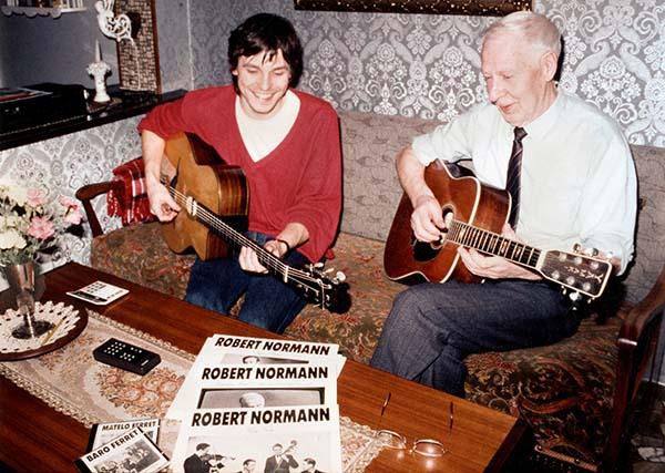Fra lanseringen av the Vintage Guitar Series i 1989, utgivelsen av de tre første LP-platene med gjenutgivelsen av Roberts samlede jazzinnspillinger (1938-1974), samt CD-utgivelser med de to franske gitaristene Baro og Matelo Ferré som spilte med Django. - Robert er stolt og glad, minnes Jon Larsen. (foto: privat)
