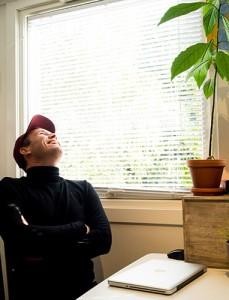 MUNTER: Harald Lassen tar kunsten alvorlig, uten at det hindrer latteren i å sitte løst. (foto: Terje Mosnes)