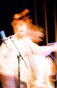 FUSJON: I ett med kontrabassen under Momentum-konserten på Nasjonal jazzscene høsten 2016. (foto: Terje Mosnes)