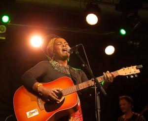 Busi Ncube stod for årets åpningskonsert med verket Usika (foto: Ådne Dyrnesli/Vossa Jazz)