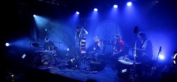 Hans Hulbækmo (perkusjon), Ole Morten Vågan (bass), Erlend Apneseth (hardingfele),  Erik Rydvalls (nøkkelharpe) og Stein Urheim (gitar).
