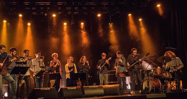 Abildgaard Prosjekt, med hovedpersonen til høyre og «helt» Lina Nyberg som nummer fem fra venstre. (foto: Terje Mosnes)