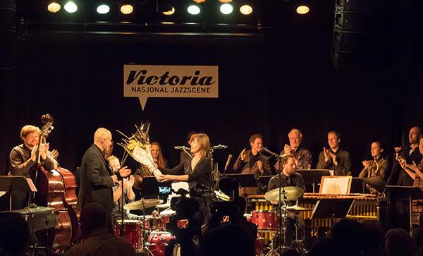 BUDDY: Erlend Skomsvoll ante ingenting på forhånd da han fikk Buddy-prisen for 2014 av daværende styreleder i Norsk jazzforum, Kristin Danielsen, under en konsert med Trondheim Jazzorkester og Come Shine på Nasjonal jazzscene Victoria. (foto: Terje Mosnes)