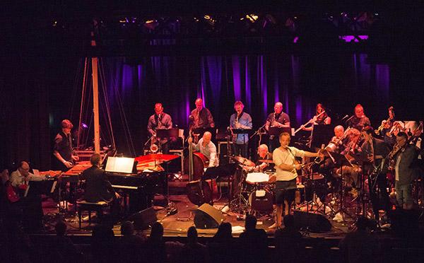 BERGENSLYD: Erlend Skomsvoll og Bergen Big Band. (foto: Terje Mosnes)