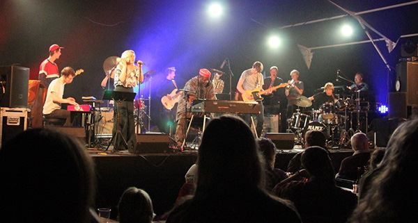 Dele Sosimi med Nye Lindesnes Afrobeat Ensemble: Ole Mofjell (trommer/perk), Axel Skalstad (trommer/perk), Johannes Vaht (bass), Karl Bjorå (gitar), Lars Ove Fossheim (gitar), Vegard Lien Bjerkan (piano/synth), Torben Snekkestad (sopran/tenor/trompet m/saxmunnstykke), Erik Kimestad Pedersen  (trompet), Natalie Sandtorv (vokal), Hanna Paulsberg (sax) og Hans Hulbækmo (trommer/perk). (foto: Anders Jeppesen/Mandaljazz)