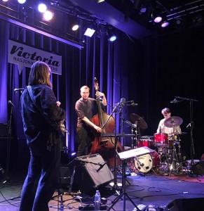 Pangpang:  Håkon Norby Bjørgo (gitar), Ivar Myrset Asheim (trommer) og Sander Eriksen Nordahl (gitar). Foto: Olav Opsvik