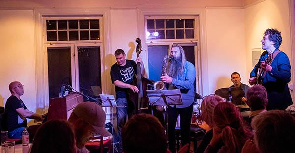 Med den polsk/norske Forever Young-kvintetten hos Nesodden Jazzklubb på Hellviktangen.  Foto: Terje Mosnes