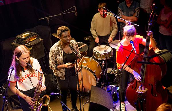 """""""Supergruppe"""", fra venstre: Hanna Paulsberg, Rohey Tahlaa og Ellen Andrea Wang. (foto: Ragna Elise Skjermo Iversen/Oslo Jazzfestival)"""