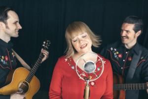 Randi Tytingvåg Trio har med seg Nils Økland som gjestemusiker, og presenterer ny musikk som slippe på plate senere i høst. (pressefoto)