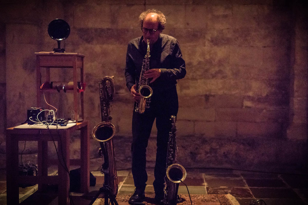 Den svenske saksofonisten Martin Kücher skal både samtale og spille på Kunstnernes Hus lørdag. (pressefoto: Christer Männikus)