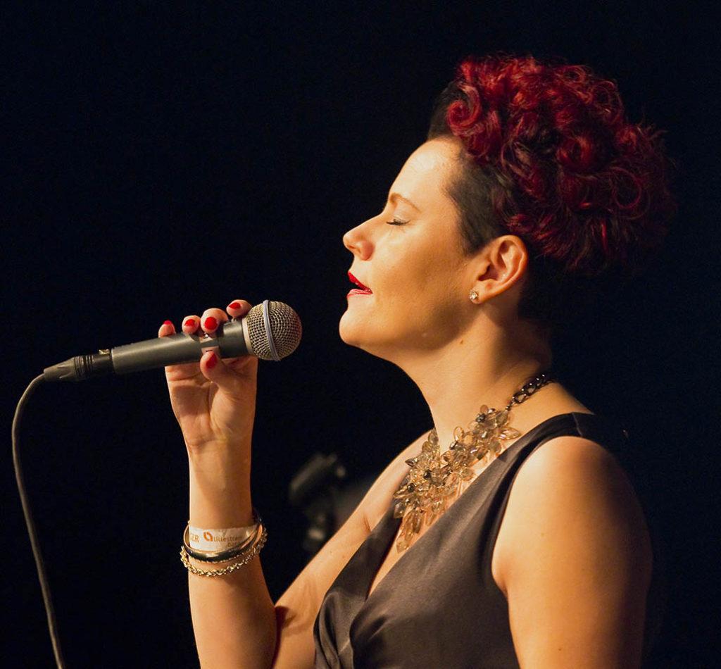 Stina Stenerud er solist på åpningskonserten fredag. Her fra festivalen i 2015 med Nes Storband. (foto: Halvor Gudim/Romerike Storbandfestival)