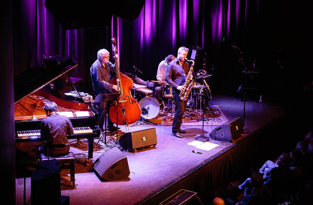 Arild Andersen Quartet, frå venstre:  Makoto Ozone (piano), Arild Andersen (bass) og Tommy Smith (saksofon). Bak: Paolo Vinaccia (trommer).  Foto: Tore Sætre/Cosmopolite