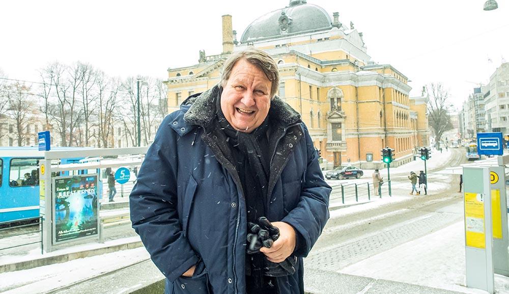 DIPLOMAT: Sverre Lunde bokstavelig talt mellom arbeidsplassen i UD og Nasjonal jazzscene Victoria (bak Nationaltheatret). For noen år siden presterte den store festivalen/messen Jazzahead! i Bremen å akkreditere ham som «Minister of Foreign Affairs», og utenriksminister Lunde fant det rimelig å la seg tiltale som «Deres excellence» av utvalgte med-delegater. Foto: Terje Mosnes
