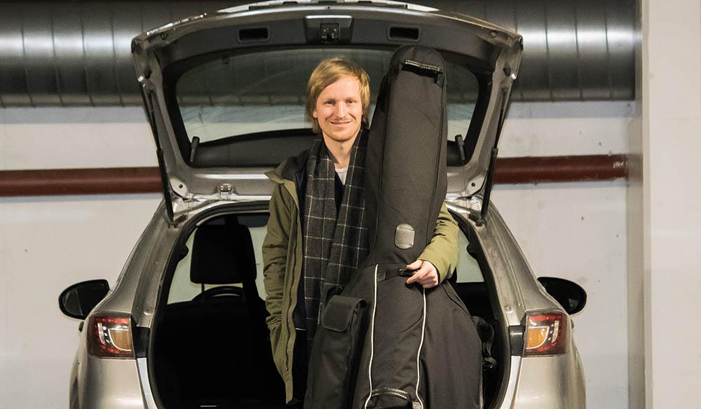 TURNÉ: Sigurd Hole er klar med sitt første soloalbum, «Elvesang», og skal snart ut på veien med repertoaret. (Foto: Terje Mosnes)