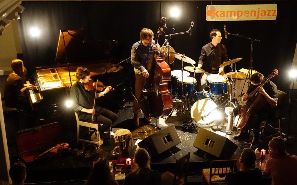 Time is a Blind Guide på Kampenjazz, fra venstre: Ayumi Tanaka (piano), Håkon Aase (fiolin), Ole Morten Vågan (bass), Thomas Strønen (trommer) og Leo Svensson Sander (cello).  Foto: Torkjell Hovland