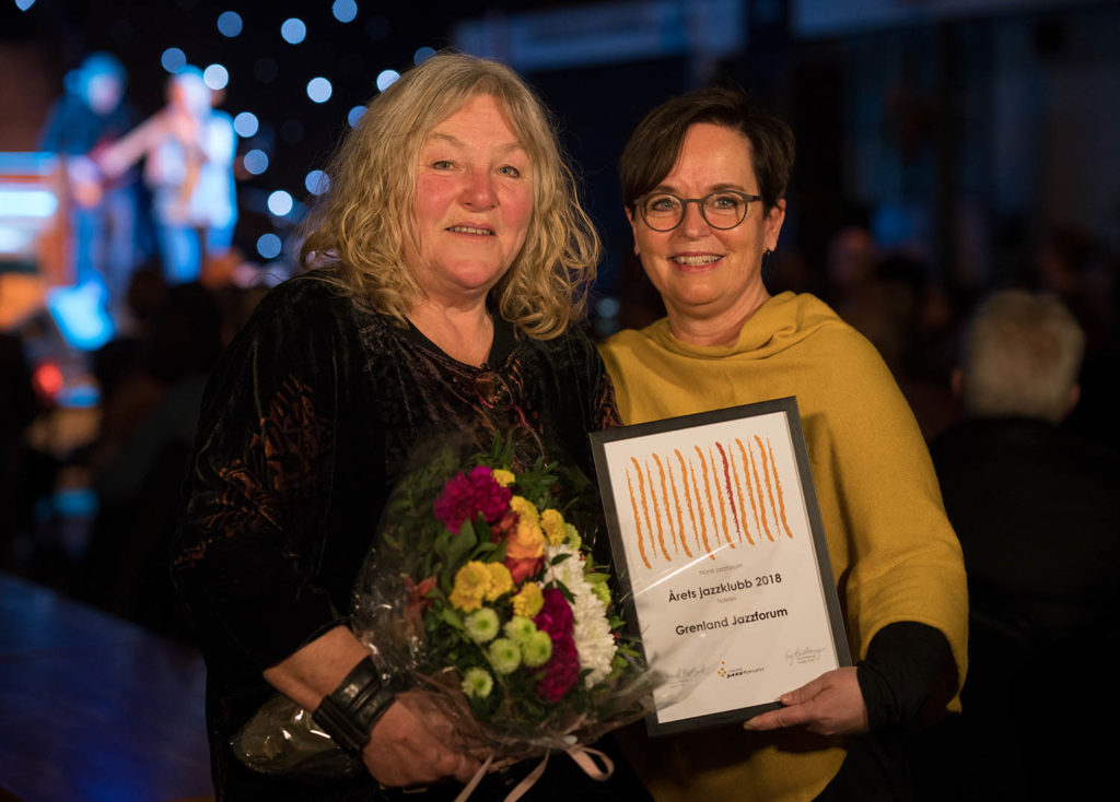 Leder i Grenland Jazzforum, Elle Flogstad, tar i mot prisen fra styreleder i Norsk jazzforum, Ingrid Brattset. (foto: Morten Bjerk/Norsk jazzforum)