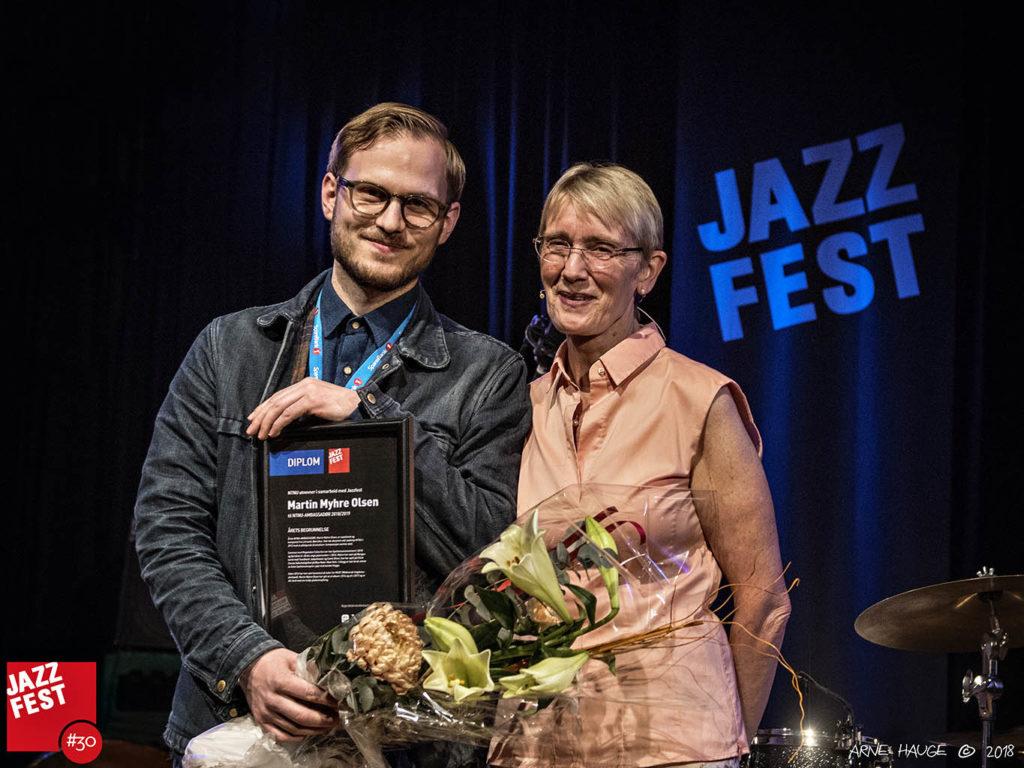 NTNU ambassadør Martin Myhre Olsen sammen med prorektor for utdanning ved NTNU, Anne Borg. (foto: Arne Hauge/Jazzfest)