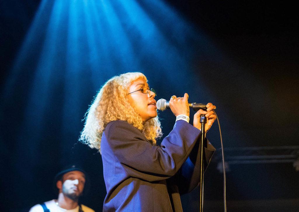 GOD START: Charlotte Dos Santos var årets første Nattjazz-artist i Røkeriet. Trommis Sam Jones i bakgrunnen.  Foto: Terje Mosnes