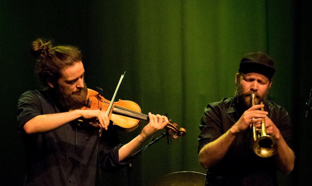 PERFEKT: Håkon Aase og Mathias Eick – fele, trompet og stemme som kler hverandre perfekt. Foto: Terje Mosnes