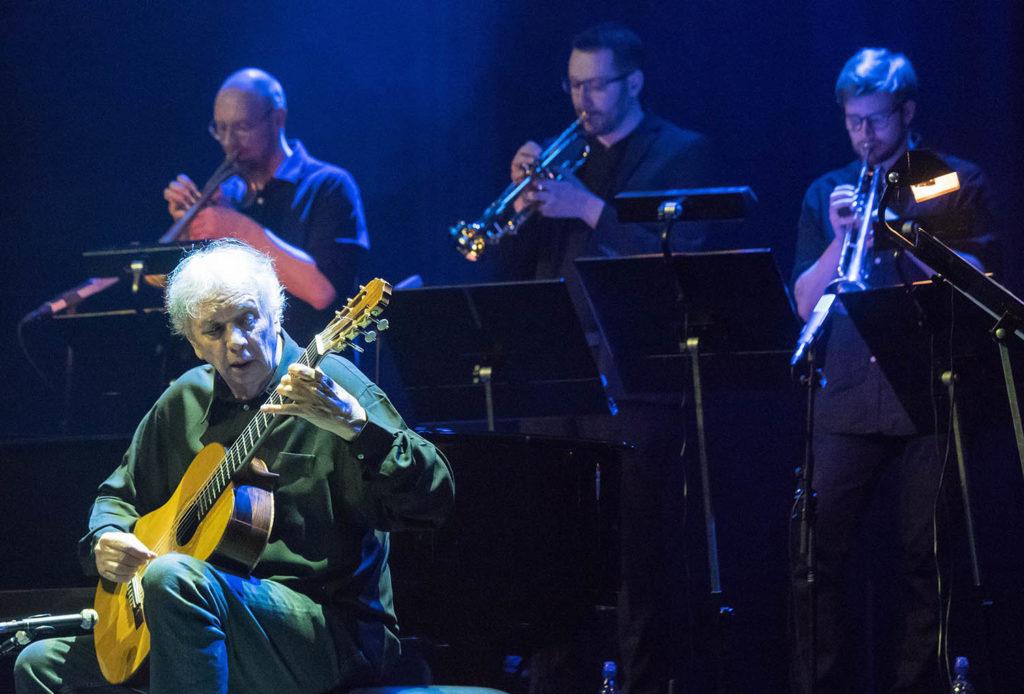 MESTER: Ralph Towner har autoriteten i behold i sitt 79. år. Arrangør Tore Johansen ytterst til venstre. Foto: Terje Mosnes
