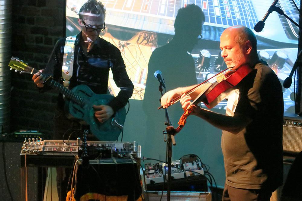 Geir Sundstøl og Nils Økland (foto: Jon Arnesen/jonarnesen@musikk.media)