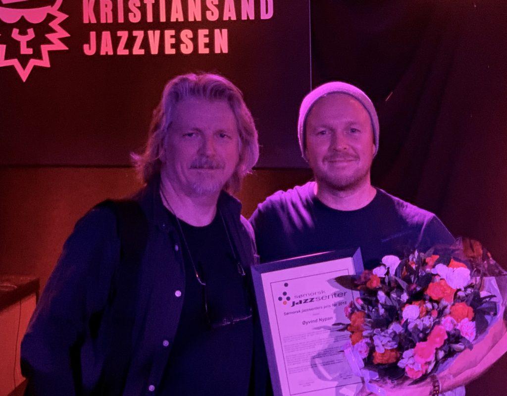 Øyvind Nypan tar i mot prisen fra daglig leder i Sørnorsk jazzsenter, Jørn Størkson