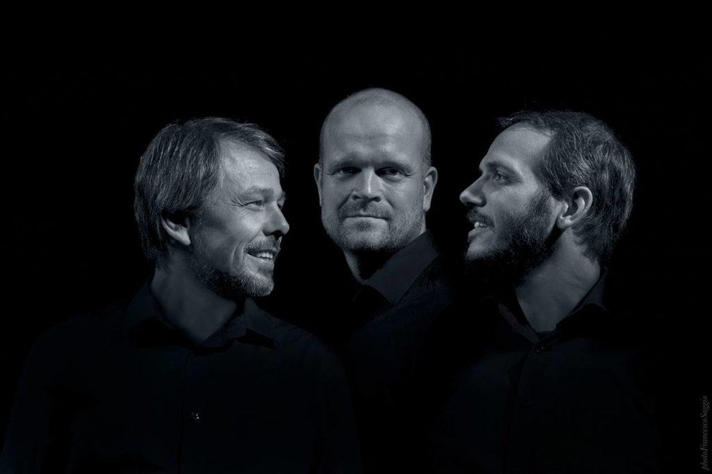 Gitarist Andreas Haddeland (til venstre) har med seg Lars Tormod Jenset på bass og Ulik Ibsen Thorsrud på trommer/perkusjon (foto: Francesco Saggio)
