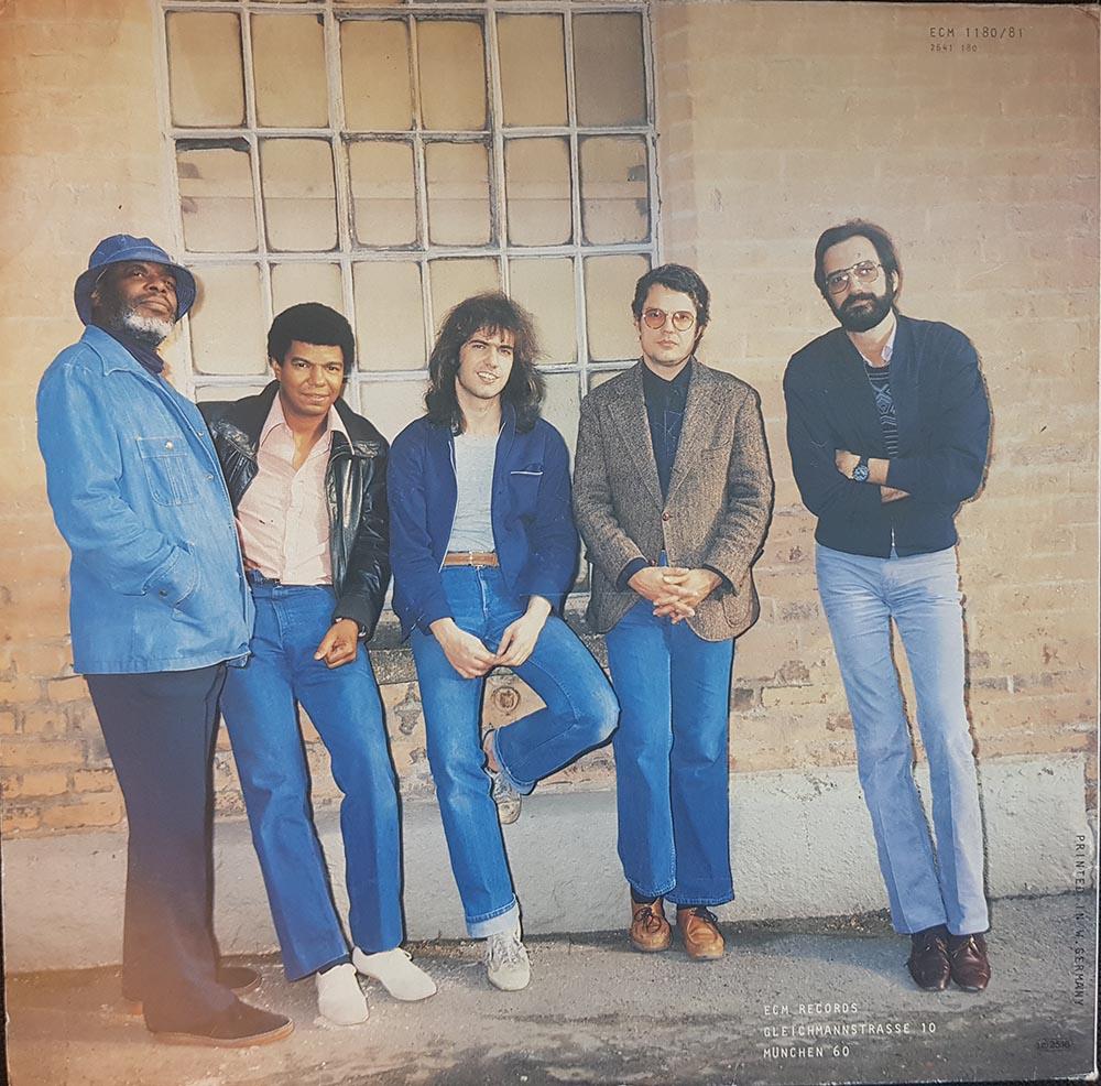 Blue jean bop. En av tidenes kuleste squads, foran en vegg i Oslo i 1980. Fra venstre Dewey Redman, Jack DeJohnette, Pat Metheny, Charlie Haden og Michael