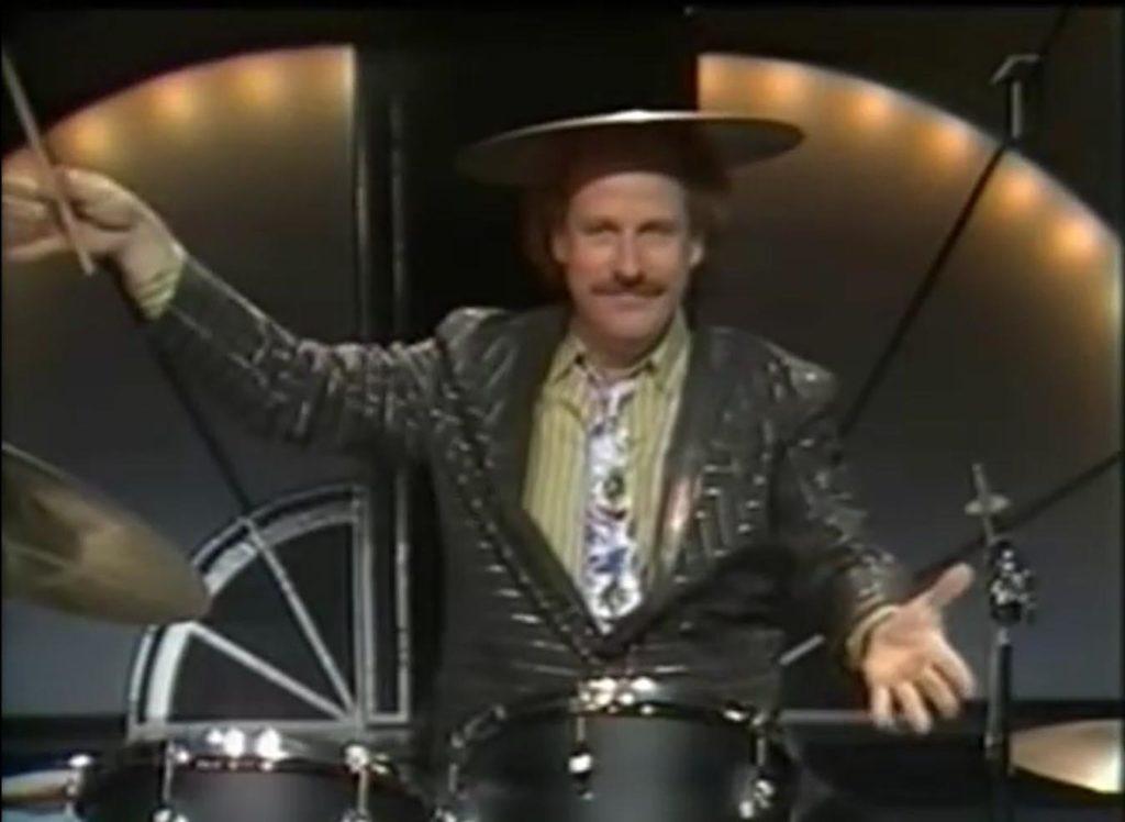 Jon Skolmen som trummis på Nöjesmassakern (skjermdump)