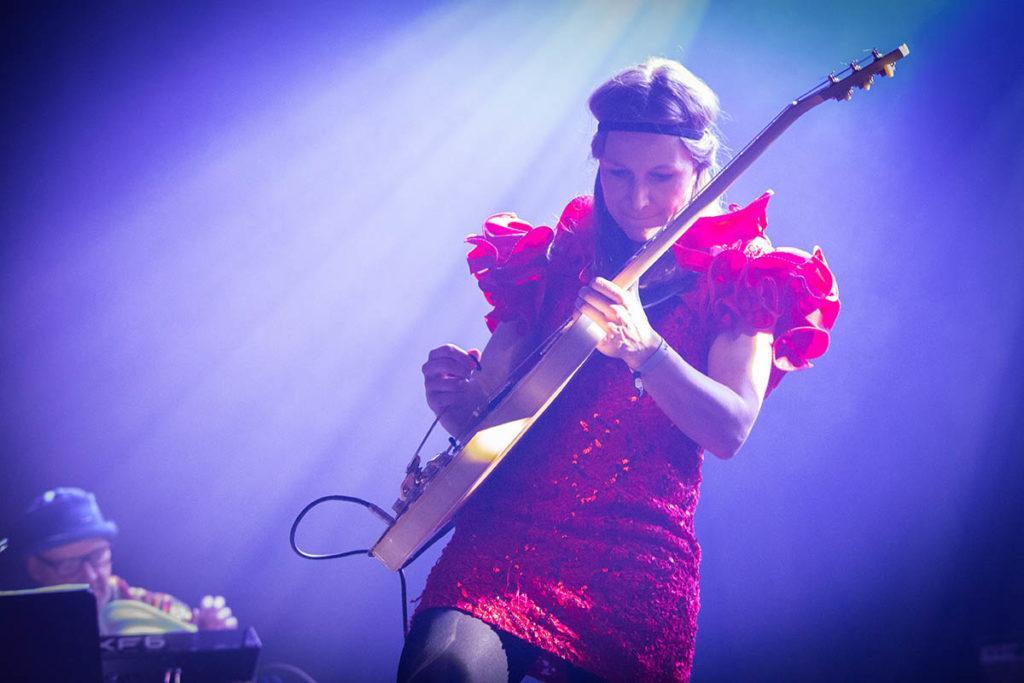 TINGINGSVERKET: Den enorme gitaren fekk dominere rommet. Foto: Vossa Jazz/Runhild Heggem