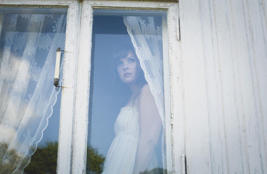 Live Foyn Friis spiller med sin kvartett fredag kl 18. Her avbildet bak et vindu som like gjerne kunne vært i Gamlebyen. Pressefoto: Linnea Syversen
