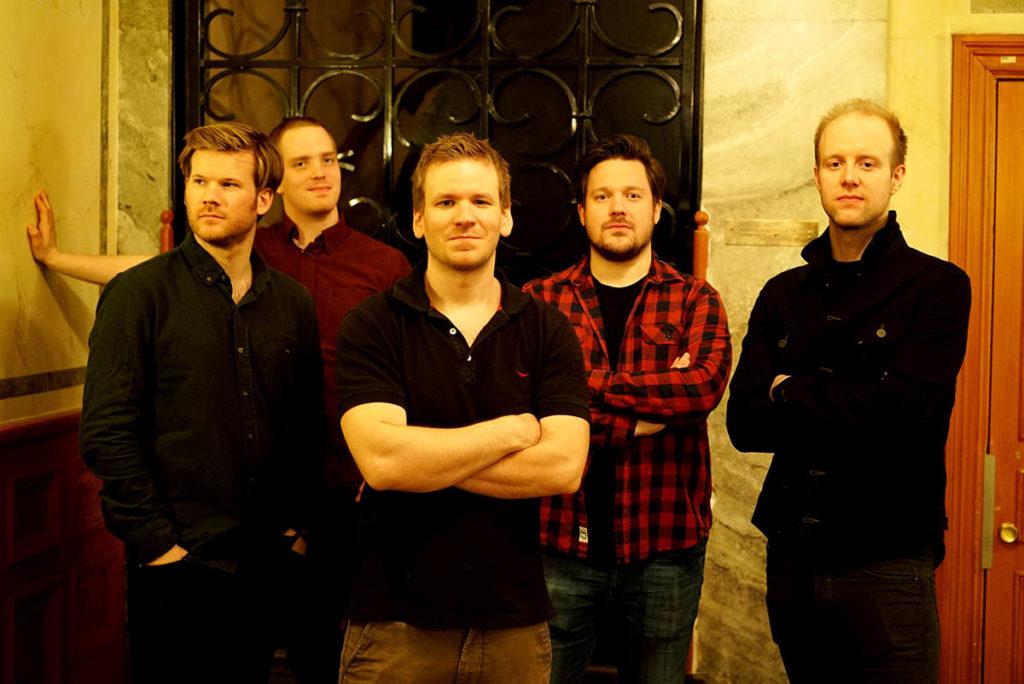 Friends & Neighbors, fra venstre: André Roligheten (tenorsaksofon og bassklarinett), Oscar Grönberg (piano), Jon Rune Strøm (kontrabass), Thomas Johansson (trompet) og Tollef Østvang (trommer). Foto: Heiko Purnhagen