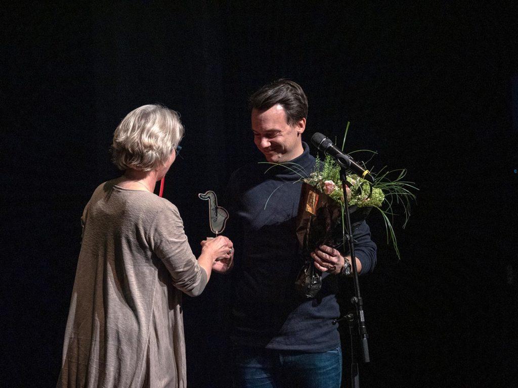 Prisen ble overrakt saksofonisten Erlend Furuset Jenssen av Cecilie Wathne, kommunikasjonssjef i Bate boligbyggelag.  Foto: Asgeir Ravndal