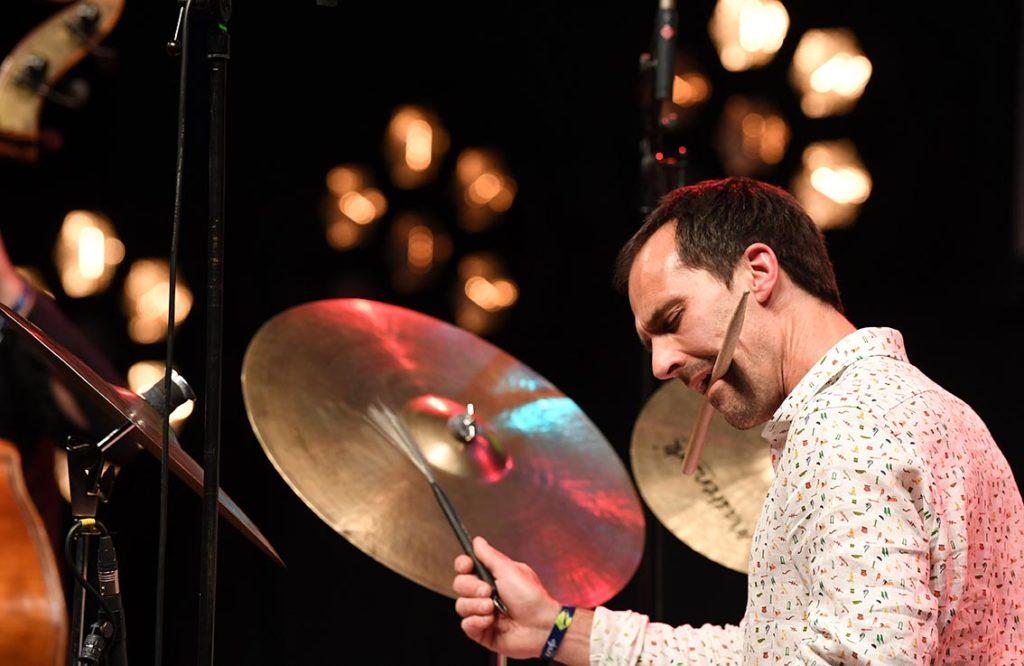 Thomas Strønen spilte med sitt Time is a Blind Guide for rundt tusen lydhøre publikummere på Norwegian Night. Foto: Carmen Jaspersen