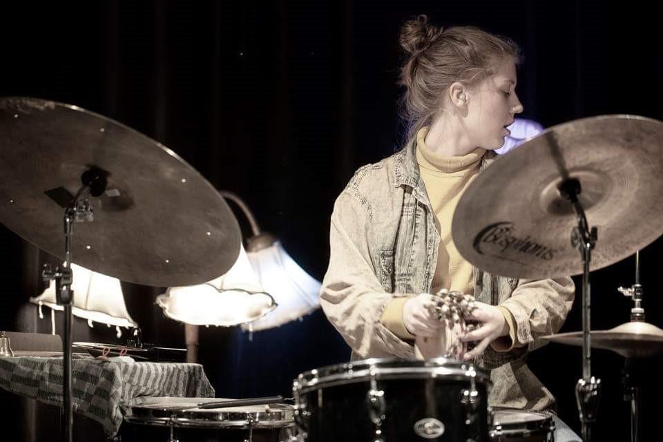 Den fabelaktige trommeslageren Veslemøy Narvesen vil gi stoff til denne bloggen i årevis framover. Fredag kveld spiller hun på Hærverk. Foto: Brötz