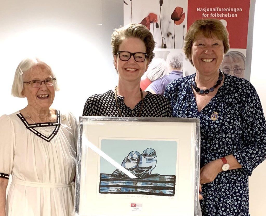 Gulljazz og Birgit Skogen (i midten) mottok Folkehelseprisen 2019 fra ordfører Marianne Borgen (til høyre) og Kristin Borg fra Nasjonalforeningen for folkehelse, avd. Oslo. (foto: Gulljazz)