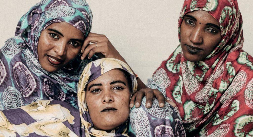 Les Filles De Illighad ledes av Fatou Seidi Ghadi fra Niger, en av kun to kjente kvinnelige Tuareg-gitarister i landet. Motvindkonserten 4. juli er bandets første besøk i Skandinavia. (pressefoto)