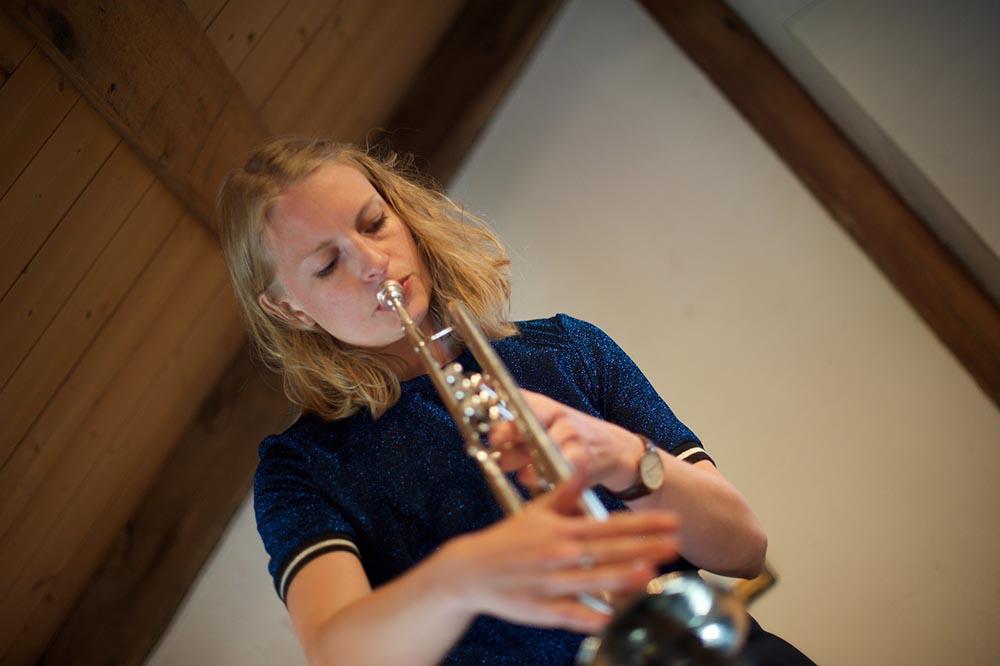 Hilde Marie Holsen på Galleri Åkern. Foto: Magnus Stivi/Kongsberg Jazzfestival