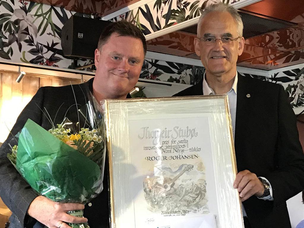 Prisvinner Roger Johansen (t.v.) sammen med Sofus Urke som delte ut Stubøprisen.  Foto: Ingrid Brattset